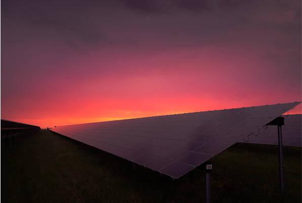 panele fotowoltaiczne o zachodzie słońca